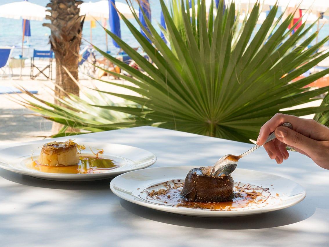 Donna che mangia dessert allo Yachting Club